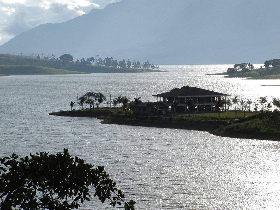 Lago-Calima.jpg